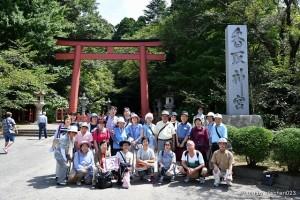 香取神宮参拝の大鳥居前での元気な一行
